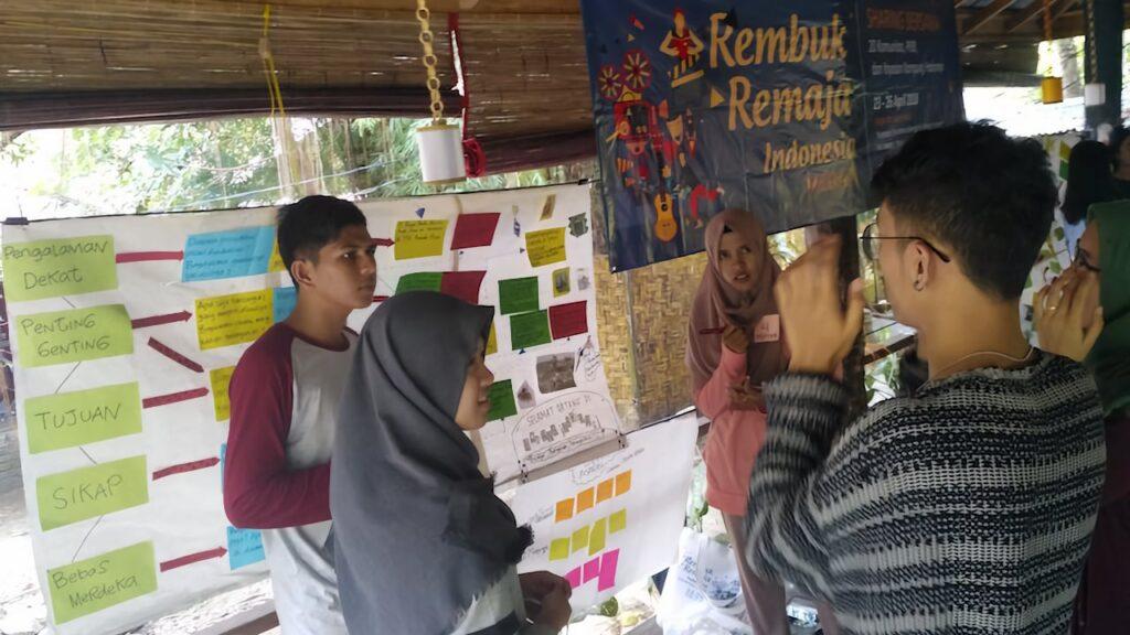 Sesi presentasi lapak aktivitas sosial di acara Rembuk Remaja Medan.